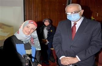 رئيس جامعة المنصورة يستجيب لدعوة باحثة ويشارك بمناقشتها للماجستير   صور