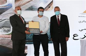 وزير الري يكرم عددًا من «سفراء المياه» من المزارعين والطلاب | صور