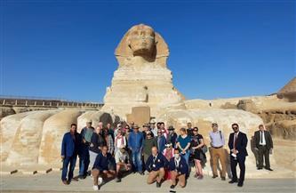 بحضور القنصل الأمريكي.. زاهي حواس يستقبل أول وفد أمريكي بعد جائحة كورونا أمام تمثال أبو الهول| صور