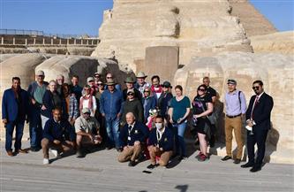 زاهي حواس يستقبل قنصل أمريكا ووفدًا سياحيًا بالأهرامات | صور