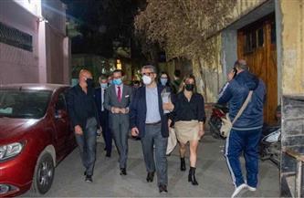 السفير الفرنسي بالقاهرة يتجول مشيًا بوسط البلد بعد تفقده مهرجان «أسبوع القاهرة للصورة» | صور