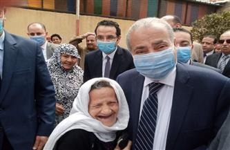 وزير التموين يستجيب لطلب مسنة أثناء تفقد مركز خدمة المواطنين بالدقهلية