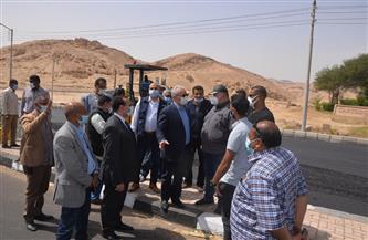 محافظ الأقصر يتفقد مشروعات رصف الطرق والصرف الصحي وتطوير قرية حسن فتحي| صور