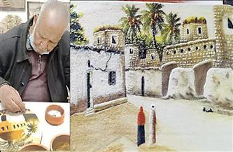 بالريشة والرمال.. «عم أحمد» يرسم حياة الصحراء وأهل واحات الوادى
