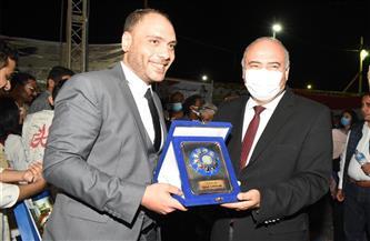 """محافظ قنا يهدي درع المحافظة لـ""""المواجهة والتجوال"""""""