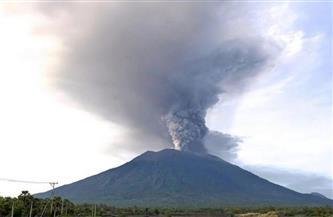 """ثورة بركان جبل """"سينابونج"""" في إندونيسيا تغطي السماء بسحابة سوداء"""
