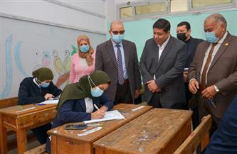 وكيل تعليم بورسعيد يتفقد الامتحانات بمدرسة زينب الكفراوى التجارية للبنات | صور