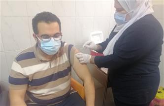 بدء تطعيم الأطقم الطبية بالمنصورة ومدير الإسعاف يتلقى الجرعة الأولى | صور