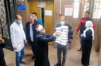 أوقاف دمياط توزع 100 وجبة على مرضى معهد الأورام | صور