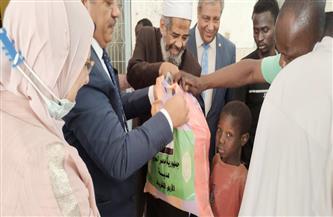 نائب رئيس جامعة الأزهر يوزع هدايا الإمام الأكبر على مواطني تشاد| صور