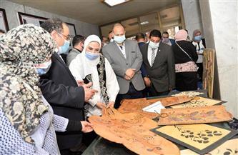 وزيرة التضامن ومحافظ أسيوط يتفقدان معرض الحرف التراثية | صور