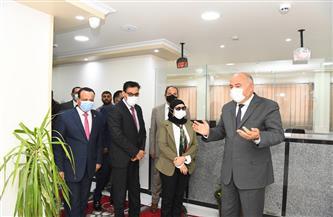 محافظ قنا ونائب مساعد وزير الخارجية يتفقدان مكتب التصديقات والخدمات القنصلية | صور