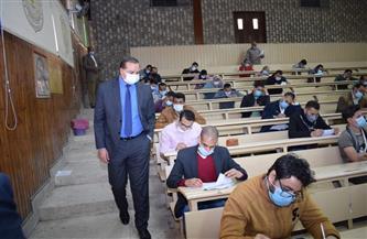 500 طالب وطالبة يؤدون امتحانات التعليم المدمج بجامعة سوهاج | صور