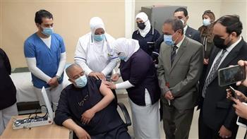 محافظ الإسماعيلية يشهد تطعيم الجرعة الأولى من لقاح فيروس كورونا لكبار السن| صور