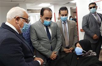 محافظ بورسعيد يشهد تلقي أول مواطن للقاح كورونا | صور
