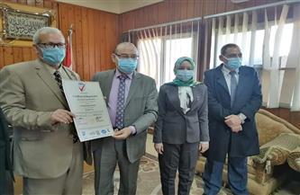 مستشفى جامعة الأزهر بأسيوط يحصل على شهادة اعتماد المعايير الدولية في مجال النظم الإدارية |صور
