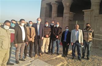 سفير الفاتيكان بالقاهرة يبدي إعجابه بالمناظر والنقوش بمنطقة آثار بني حسن في المنيا | صور