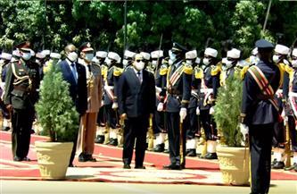 الرئيس السيسي يستعرض حرس الشرف لدى وصوله للخرطوم في مستهل زيارته للسودان