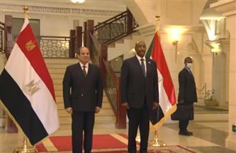 الرئيس السيسي والبرهان يلتقطان صورة تذكارية عقب مراسم استقبال رسمية بالخرطوم