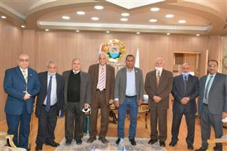 رئيس جامعة أسوان يستقبل لجنة علمية لفحص الإنتاج العلمي