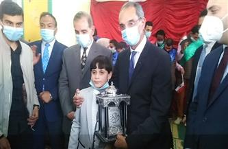 طالب من ذوي الهمم يهدي وزير الاتصالات مصحفًا  صور