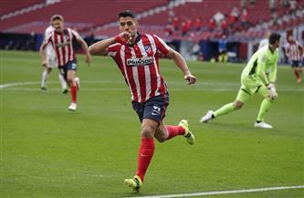 سواريز يمنح أتليتكو التقدم على ريال مدريد في الشوط الأول من الديربي