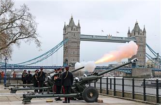 طلقات المدفعية تنطلق برًا وبحرًا في أنحاء بريطانيا.. تعرف على السبب | صور