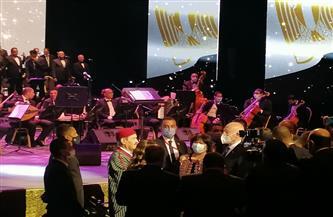 الرئيس التونسي يحيي لطفي بوشناق بعد انتهاء وصلته الغنائية بدار الأوبرا