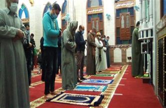 المئات يؤدون أول صلاة تراويح بكفر الشيخ وسط تطبيق الإجراءات الاحترازية | صور