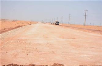 محافظ الوادي الجديد يتابع سير العمل بمشروع إعادة تأهيل طريق الداخلة - العوينات | صور