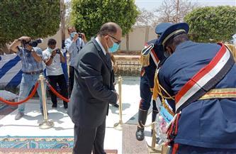 محافظ أسيوط يضع إكليل الزهور على النصب التذكاري لشهداء قرية بني عديات| صور