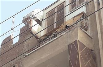 تهشم سيارتين في انهيار شرفة منزل بطنطا| صور