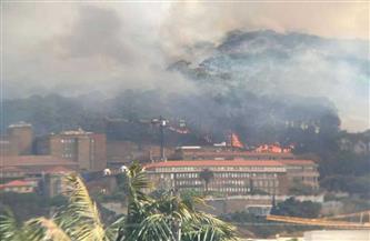 """حريق هائل يجتاح أجزاء من """"جبل الطاولة"""" السياحي الشهير في جنوب إفريقيا"""