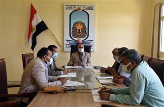 رئيس جامعة الأقصر يعقد اجتماعًا مع مجلس شئون التعليم والطلاب | صور