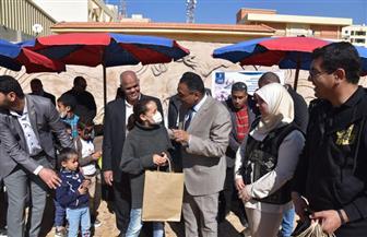 محافظ مطروح يوزع الهدايا على الأطفال الأيتام في يوم اليتيم  صور