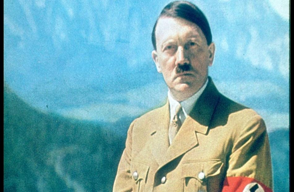 محطات في حياة الفوهرر «هتلر بدأ حياته رسامًا وقتل  مليون نسمة وانتحر في «وكر الذئب