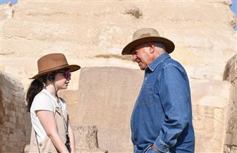 زاهي حواس يلتقي طفلة إسبانية تقتني موسوعات عن الآثار المصرية | صور