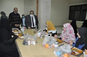 رئيس جامعة حلوان يشارك الطلاب في «إفطار رمضان» | صور