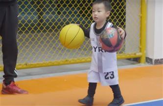 """الطفل الصيني المعجزة """"ياو مينج"""" يتحدى عمالقة السلة   فيديو"""