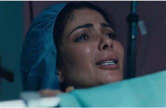 """رد فعل أحمد حلمي على أداء منى زكي بشخصية """"هنا"""" في """"لعبة نيوتن""""؟"""