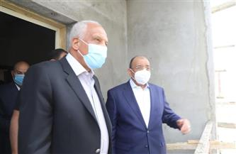 وزير التنمية المحلية ومحافظ الجيزة يتفقدان مشروع إنشاء مساكن لمتضرري السيول بالصف