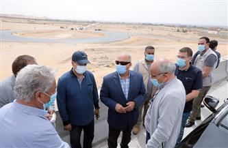 وزير النقل يتابع اللمسات النهائية للمرحلة الأولى من مشروع تطوير طريق الصعيد الصحراوي الغربي  صور
