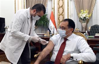 رئيس الوزراء يتلقى اللقاح المضاد لكورونا.. ويؤكد: تكليفات من الرئيس بتوفير الكميات اللازمة من اللقاحات