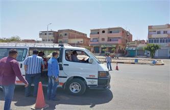 استمرار الحملات لمتابعة تطبيق الإجراءات الاحترازية في المواصلات العامة بسفاجا   صور