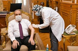 وزير الدولة للإنتاج الحربي يتلقى لقاح كورونا | صور