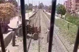 السكة الحديد: جرار زراعي يعترض طريق قطار النوم بمحطة دراو.. والقبض على سائقه