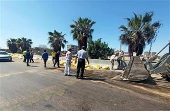 مصرع سيدة في حادث سيارة محملة بالأعلاف بالطريق الصحراوي بالإسكندرية | صور