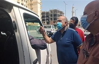رئيس حي الضواحي في بورسعيد يوقع غرامات فورية على غير الملتزمين بارتداء الكمامات | صور