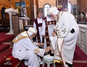 البابا تواضروس يغسل أرجل الحاضرين بصلوات لقان خميس العهد