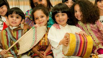 السعوديون يحتفلون بمنتصف رمضان بتقديم الحلوى للأطفال